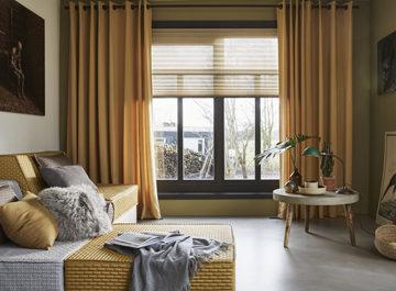 okergele raamdecoratie plissé gordijnen