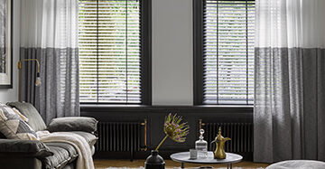 Creëer een andere sfeer met raamdecoratie Toppoint gordijn Black&white Silva houten jaloezie 1340