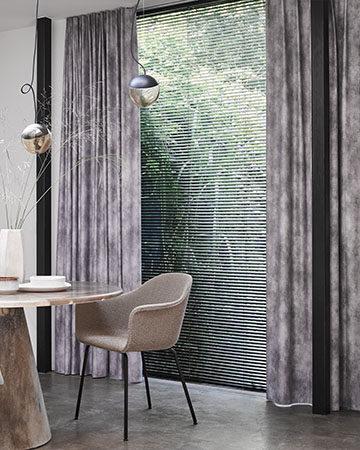 Een koel huis in de zomer Toppoint gordijn Sereno met Scala aluminium jaloezie 25 mm kleur 75801