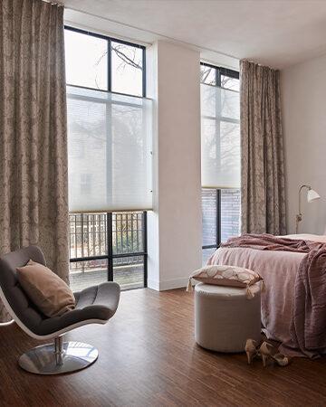 Gevoerde raamdecoratie in de slaapkamer Toppoint gordijn Moriens met Duette®Shades model AO20 in stof 61261