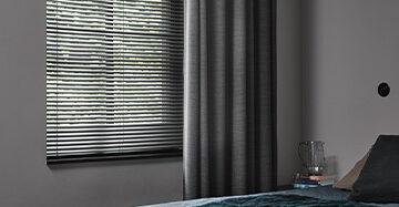 Gevoerde raamdecoratie in de slaapkamer Toppoint gordijn Muze met Scala aluminium jaloezie 25 mm