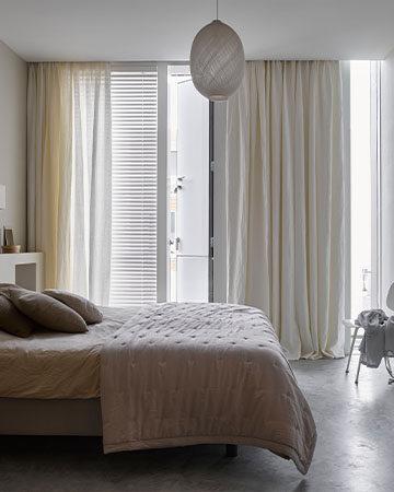 Ibizalook in huis met linnen gordijnen Toppoint Evisa en Evisa voile met jaloezie