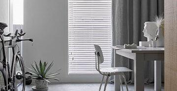 Dubbele raambekleding, dubbele sfeer Toppoint gordijn Evisa Silva houten jaloezieën wit