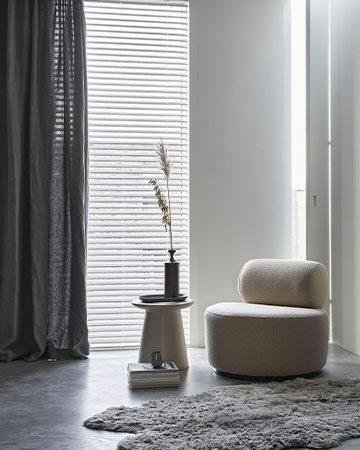 Isolerende raamdecoratie; een warm huis in de winter Toppoint gordijn Evisa Silva houten jaloezieën wit